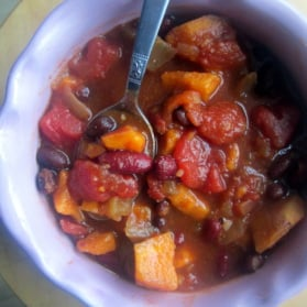 Vegetarian sweet potato bean chili with black beans, kidney beans, sweet potatoes, tomatoes and even a little kick of spice thank to hot peppers. Spicy, sweet and delicious!