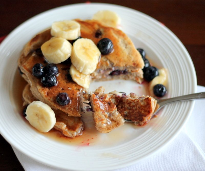 Healthy oatmeal cottage cheese pancakes packed with 20g of protein to give you boost. The perfect after workout meal full of healthy carbs and protein! Taste like banana bread pancakes.