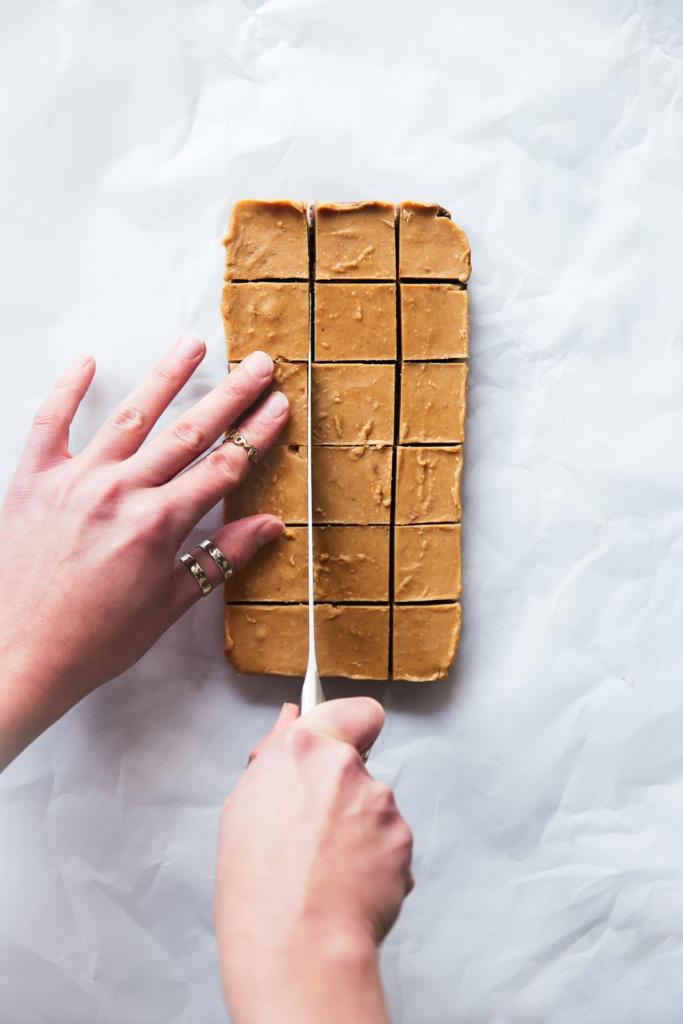 4-Ingredient Chocolate & Peanut Butter Freezer Fudge (vegan & gluten free!)