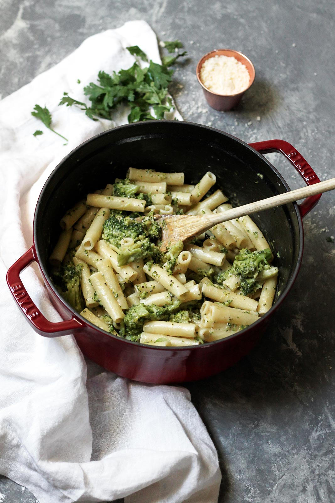 Delicious 30 minute skinny Alfredo ziti pasta with broccoli! Add chicken for extra protein. Perfect for an easy weeknight meal.