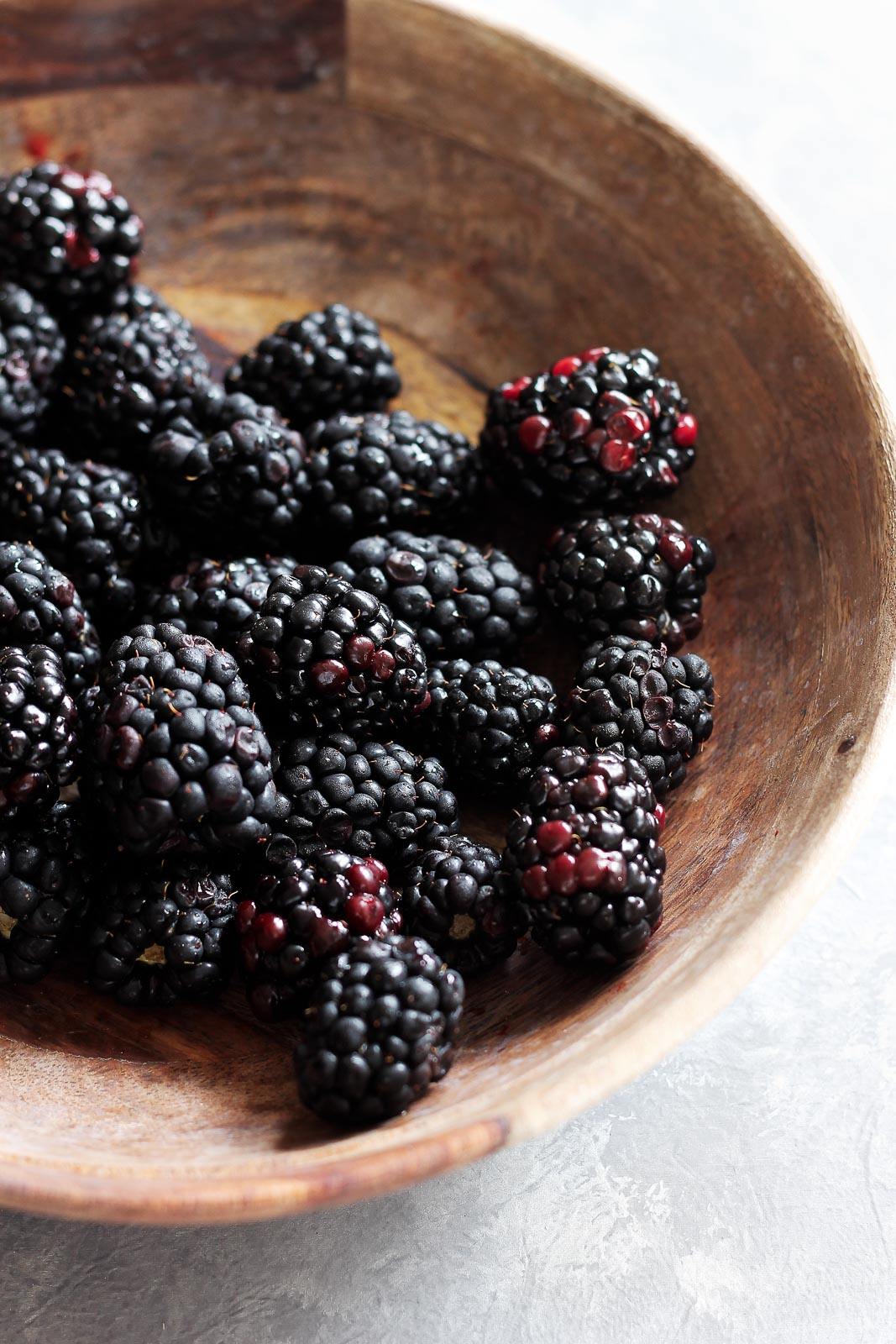 blackberries in a bowl to make healthy blackberry crisp