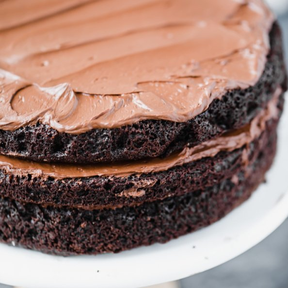 paleo chocolate frosting on a cakee