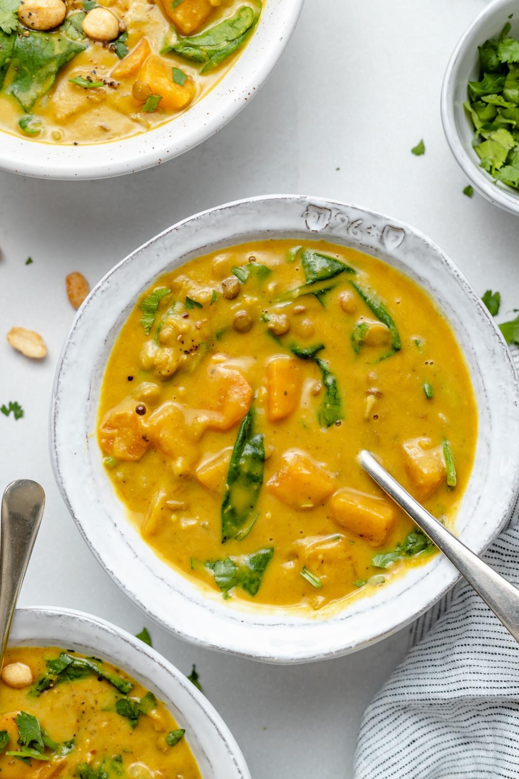 Schüssel mit veganer Curry-Butternut-Kürbis-Linsensuppe